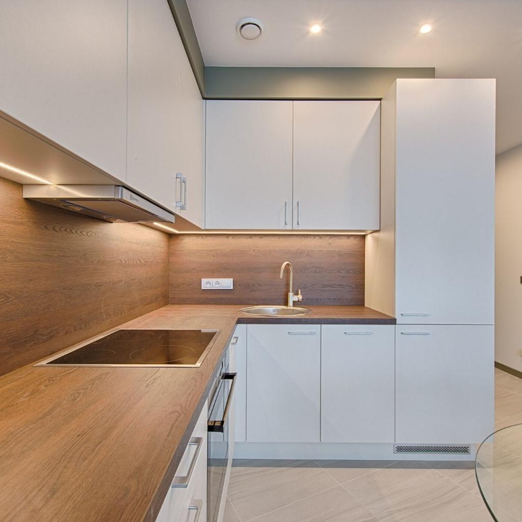 Cocinas abiertas e integradas en el comedor en pisos nuevos o en alquileres.